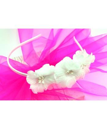 Opaska do włosów z białymi kwiatkami.